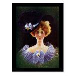 Señora en vestido de la orquídea con el vintage de tarjeta postal