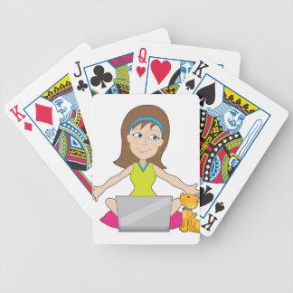 Señora feliz del ordenador portátil barajas de cartas