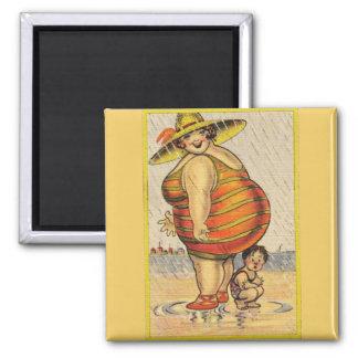 Señora gorda divertida en la playa imanes de nevera