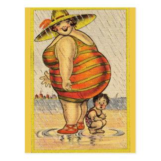 Señora gorda divertida en la playa postal