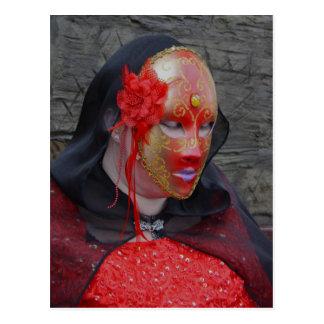 Señora gótica en una postal de la máscara del rojo