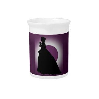 Señora histórica con la jarra de la fan