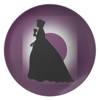 Señora histórica con la placa de la fan plato de cena