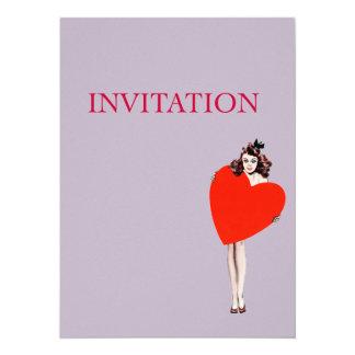 Señora Holding Love Heart del vintage Invitaciones Personales
