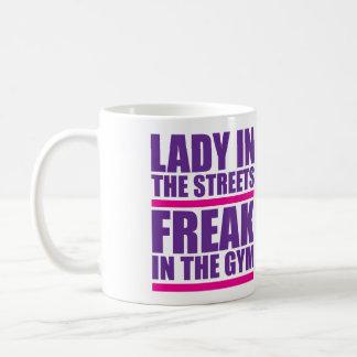 Señora In The Streets, monstruo en el gimnasio Taza Básica Blanca