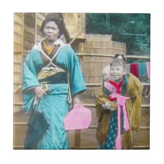Señora japonesa y su vintage de las hijas azulejo cuadrado pequeño