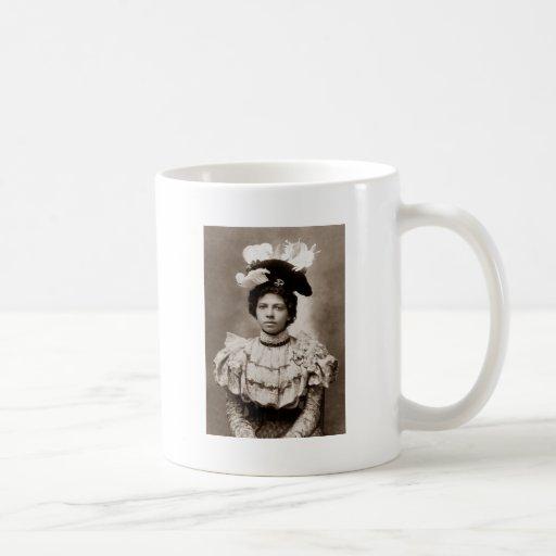 Señora joven con el gorra taza