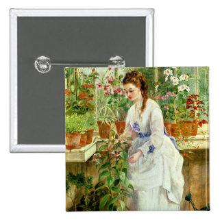 Señora joven en un invernadero pin cuadrado