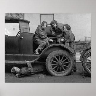 Señora joven mecánicos de automóviles, 1927. Foto Póster