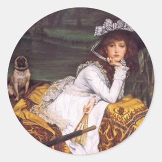 Señora joven y su barro amasado del mascota en un pegatina redonda