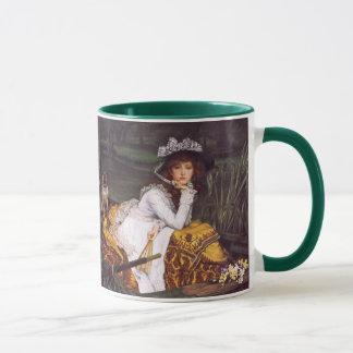 Señora joven y su barro amasado del mascota en un taza