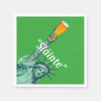 """Señora Liberty celebra el día """"Slánte"""" de Servilletas De Papel"""