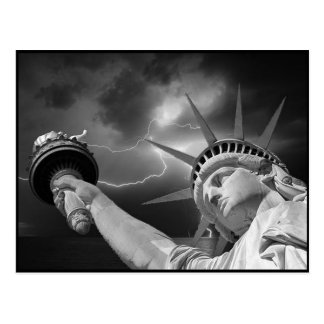 Señora Liberty debajo de un cielo tempestuoso Tarjetas Postales