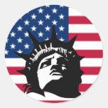 Señora Liberty y la bandera Pegatina Redonda