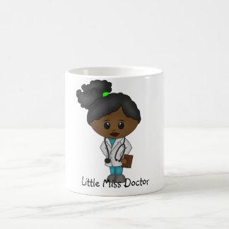 Señora linda el doctor Mug - negro/africano Taza Clásica