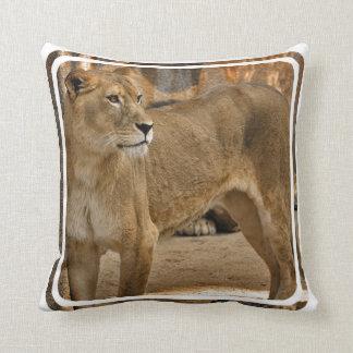 Señora Lioness Pillow Almohada