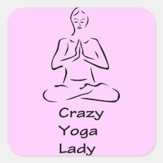 Señora loca de la yoga calcomanía cuadrada
