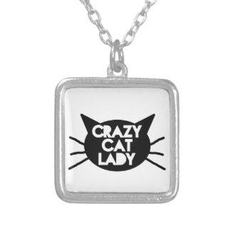 Señora loca del gato collar plateado