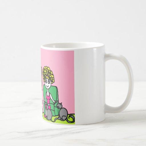 Señora loca del gato en casa taza de café