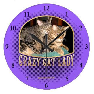 Señora loca del gato relojes de pared