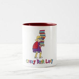 Señora loca del libro taza de café de dos colores