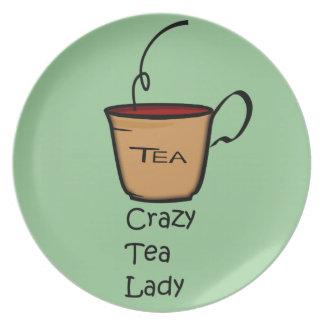 Señora loca del té plato de comida