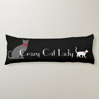 Señora loca linda del gato, gatos del blanco gris almohada de cuerpo entero