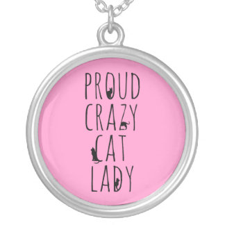 Señora loca orgullosa del gato colgante