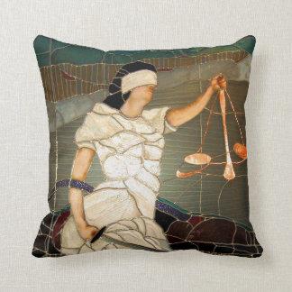 Señora majestuosa Justice en diseño del vitral Cojín