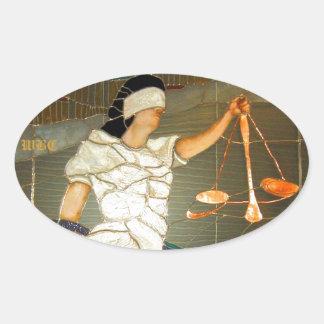 Señora majestuosa Justice en diseño del vitral Pegatina Ovalada