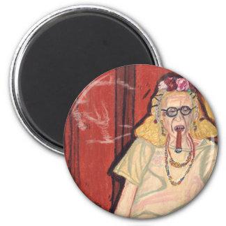 señora mayor y cigarro iman para frigorífico