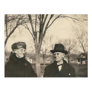 señora mayor y viejo hombre tarjeta postal