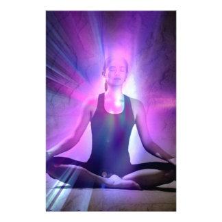 señora meditating de la yogui en colores del añil papelería personalizada