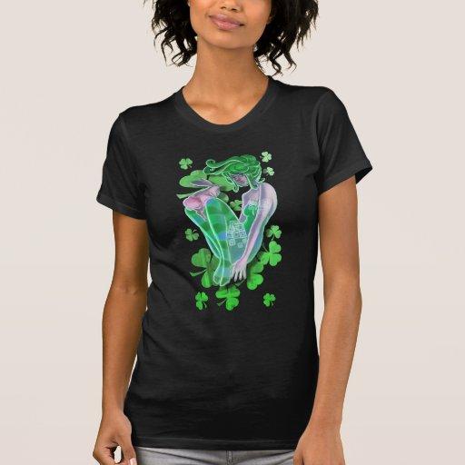 Señora modela irlandesa con una camiseta de las mu
