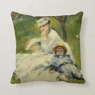 Señora Monet y su hijo de Auguste Renoir Cojín Decorativo