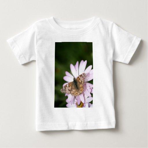 Señora pintada Butterfly en la flor rosada Playera
