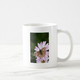 Señora pintada Butterfly en la flor rosada Taza