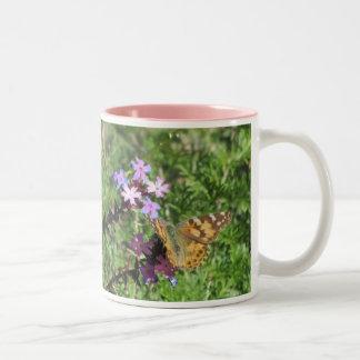 Señora pintada Butterfly en las flores púrpuras Tazas