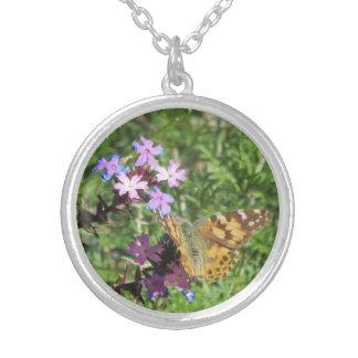 Señora pintada Butterfly en púrpura florece el Colgante Redondo