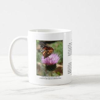 Señora pintada con la taza de café del cardo de Ca