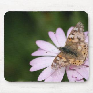 Señora pintada en la flor rosada mouse pads