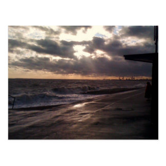 señora por el mar tarjeta postal