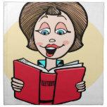 Señora que lee ruidosamente servilletas imprimidas