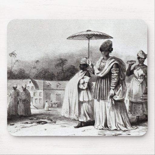 Señora que lleva al niño al bautismo tapete de ratones