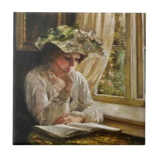 Señora Reading por la ventana Azulejo Cuadrado Pequeño