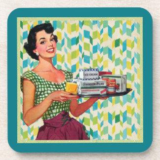 Señora retra del vintage con la bandeja posavasos