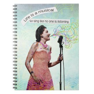 Señora retra Life Is A Musical canta el cuaderno