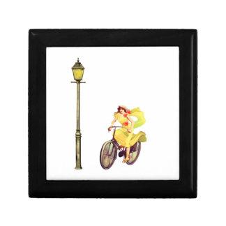 señora Riding Bike de los años 20 Cajas De Recuerdo
