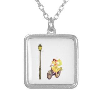 señora Riding Bike de los años 20 Joyerias Personalizadas