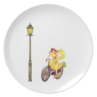 señora Riding Bike de los años 20 Platos Para Fiestas
